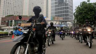 Des policiers mobilisés dans les rues de Jakarta, 21 décembre 2017.