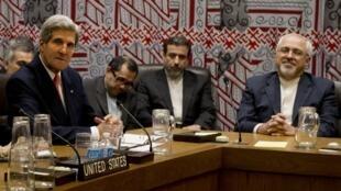 Le secrétaire d'Etat américain, John Kerry (g) et son homologue iranien Mohammad Javad Zarif (d), New York, le 26 septembre 2013.