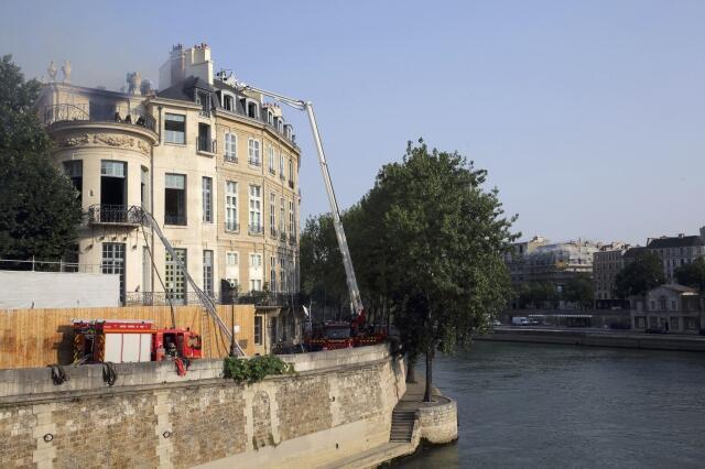 Os bombeiros levaram várias horas para controlar o incêndio que devastou na madrugada desta quarta-feira, 10 de julho de 2013, o palacete Lambert, na ilha Saint-Louis, um dos prédios particulares mais prestigiosos de Paris.