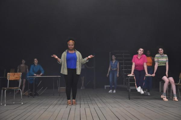 """Photographie du choeur de jeunes filles dans la pièce """"Le Reste vous le connaissez par le cinéma"""" actuellement au T2G Théâtre de Gennevilliers"""
