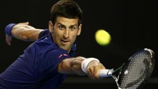 O sérvio Novak Djokovic em ação, no Aberto da Austrália (20/1/16).