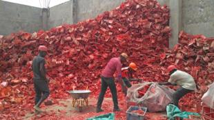 À Old Yundum, près de l'aéroport de Banjul, le centre de recyclage de «Plastic recycling Limited» entrepose les casiers endommagés d'une marque de soda.