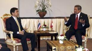 Le Premier ministre thaïlandais Abhisit Vejjajiva lors d'un entretien avec le président indonésien Susilo Bambang Yudhoyono à Jakarta le 8 mai 2011.