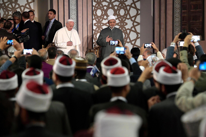 Giáo hoàng Phanxico cùng với viện trưởng Ahmed al-Tayeb tại đại học Hồi Giáo Al Azhar, ngày 28/4/2017.