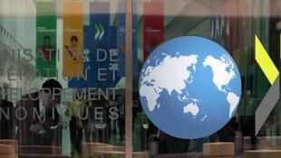 Logo de la OCDE en una de sus oficinas.