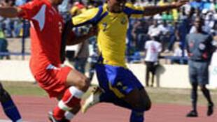 Le Gabonais Stéphane Nguéma prend le dessus sur le Marocain Chakib Benzouka.