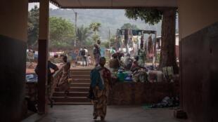 En Centrafrique, aucune option d'hébergement n'existait jusqu'ici pour les femmes en situation de précarité ou victimes de violences. ici, des mères à Bangui le 4 décembre 2018 (photo d'illustration).