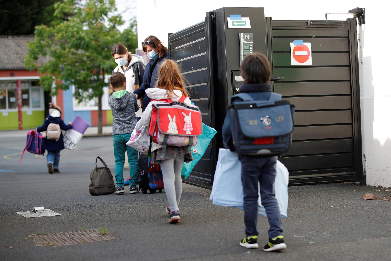 Trẻ em lau rửa tay trước khi vào trường, tại Saint-Sebastien-sur-Loire, gần Nantes, Pháp, ngày 12/05/2020