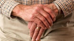 Personne âgée - Main - Isolement