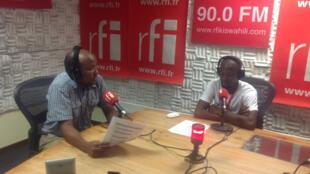 Mtangazaji wa makala ya Uchumi Emmanuel Makundi (kushoto) akiwa na Dr. Meddy mchora vibonzo.
