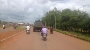 Vikosi vya majeshi tiifu kwa Rais wa mpito Michel Kafando vyaelekea Ouagadougou, vikiwa kati ya mji wa Dédougou na Koudougou, Septemba 21, 2015.