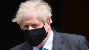 Boris Johnson sale de su residencia oficial del número 10 de Downing Street para dirigirse al Parlamento británico, el 28 de abril de 2021 en Londres
