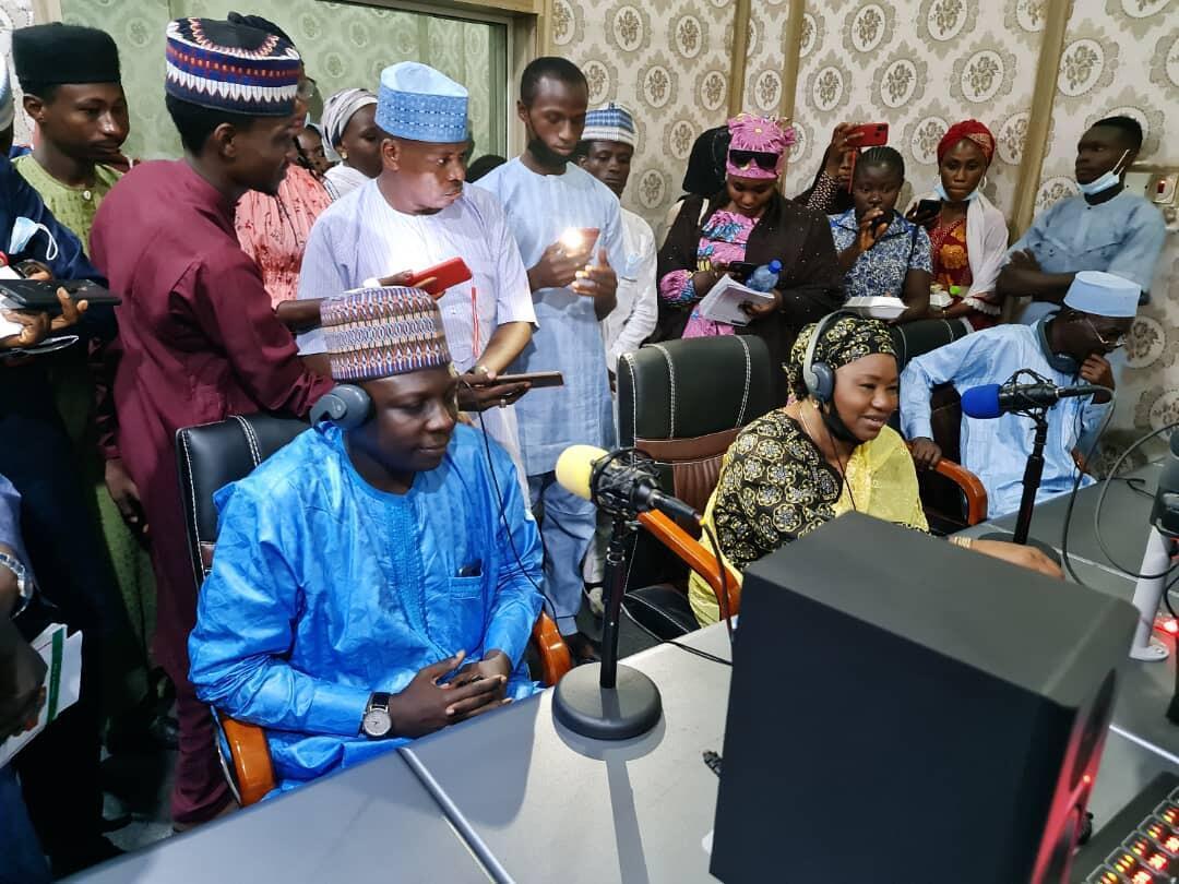 Editan sashin Hausa na RFI Bashir Ibrahim Idris a dakin watsa shirye-shirye na gidan rediyon Jami'ar Bayero dake jihar Kano, yayin halartar taron kwararru da suka gana kan kyautata tsarin amfani da harshen gida wajen watsa labarai.