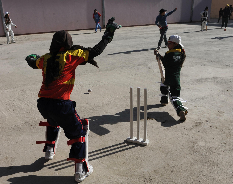 Les joueuses de la première équipe féminine de criket afghane s'entraînent le 4 janvier 2011 à Kaboul