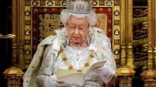 Rainha Elizabeth II durante discurso no Parlamento britânico.