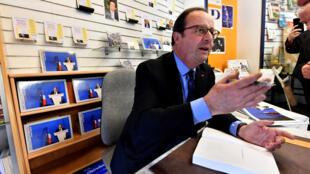 Le président François Hollande en train de dédicacer son livre, «Les leçons du pouvoir», à Tulle le 14 avril 2018.