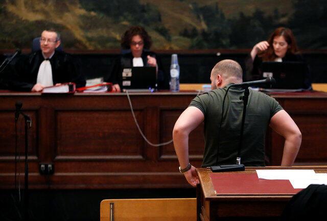 Suspeito não identificado assiste julgamento de membros da célula jihadista desmantelada em janeiro de 2015 em Verviers.
