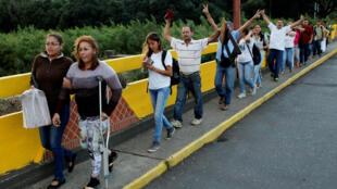 Raia wa Venezuela wakivuka mpaka na kuingia Colombia kukunua chakula.