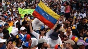 Người biểu tình tiếp tục xuống đường ở Caracas nhưng cũng muốn một cuộc đối thoại thành thật với chính quyền - Reuters