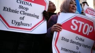 Des manifestants ouïghours devant l'embassade de Chine à Londres, en janvier 2020.