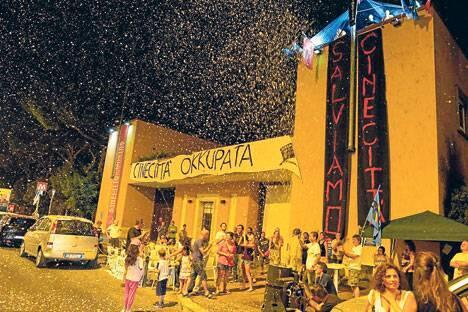 """""""Cinecittà tomada"""", el cartel que colgaron los trabajadores en huelga."""