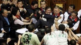 资料图片:2010年7月8日,台湾立法院民进党与国民党立委围绕两岸经济合作架构协议讨论时发生肢体冲突。