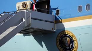 Le président américain Donald Trump arrivant à l'aéroport international de West Palm Beach, en Floride, pour rejoindre sa résidence secondaire, le 3 février 2017.