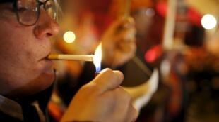 Курильщик на улице Парижа