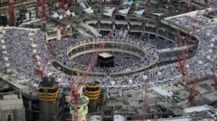 Imagem de arquivo mostra a Grande Mesquita de Meca em reformas, cercada por guindastes.
