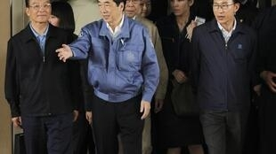 Chinese Premier (L), Japanese Prime Minister (C) and South Korean President (R) visit evacuation centre