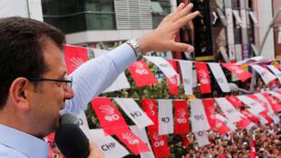 Ekrem Imamoglu s'adressant à la foule de ses partisans à Istanbul, le 19 juin 2019. C'est le candidat de l'opposition qui avait gagné, une première fois, le 31 mars.