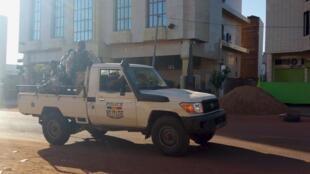 Jami'an tsaro a harabar hôtel Radisson, a Bamako, 20 nuwambar 2015.