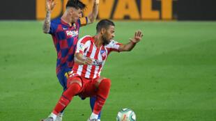 Le défenseur de l'Atlético Madrid Renan Lodi (à droite) aux prises avec l'attaquant du FC Barcelone Lionel Messi, le 30 juin 2020 au Camp Nou