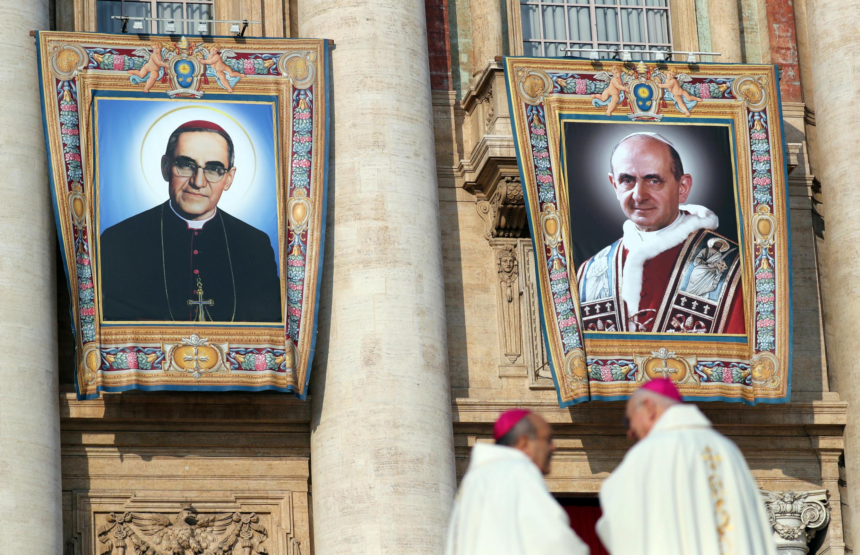 La fotos del papa Pablo VI y el del obispo salvadoreño, Oscar Romero en el Vaticano. 14 de octubre de 2018.