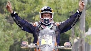 O motociclista catalão Marc Coma celebra a 5ª vitória no rally Dakar neste sábado, 17 de janeiro de 2015.