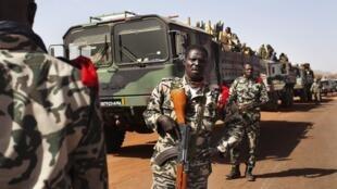 Soldados malineses chegando em Gao depois de liberar a cidade de Duentza.