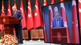 El presidente Recep Tayyip Erdogan habla durante una rueda de prensa tras una reunión del gobierno turco, el 29 de marzo de 2021 en Ankara