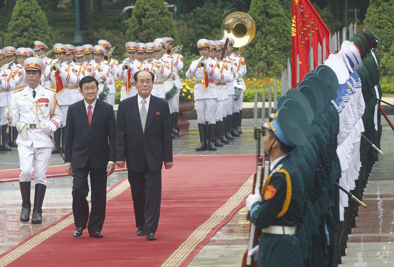 Chủ tịch Quốc hội Bắc Triều Tiên Kim Yong Nam (phải) duyệt qua hàng quân danh dự cùng với Chủ tịch nước Việt Nam Trương Tấn Sang, tại Phủ Chủ tịch ở Hà Nội ngày 06/08/2012.