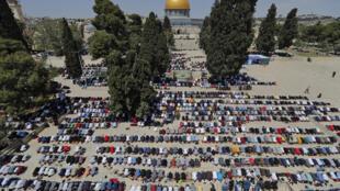 Fieles musulmanes participan en las primeras oraciones del viernes del mes sagrado del ramadán, el 16 de abril de 2021 en el complejo de la mezquita de Al Aqsa, en la ciudad vieja de Jerusalén