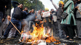 Des affiches et des effigies de Sajjan Kumar et Kamal Nath ont été brûlées, ce lundi 17 décembre 2018, pendant une manifestation près du siège du parti du Congrès.