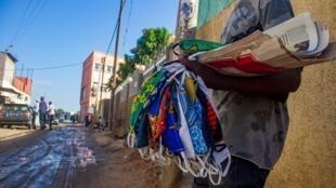 Vendedor de máscaras nas ruas de Luanda