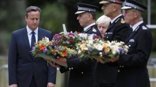 Премьер-министр Великобритании Дэвид Кэмерон на церемонии возложения цветов к мемориалу в память жертв теракта 7 июля 2005 года, Лондон, 7 июля 2015.