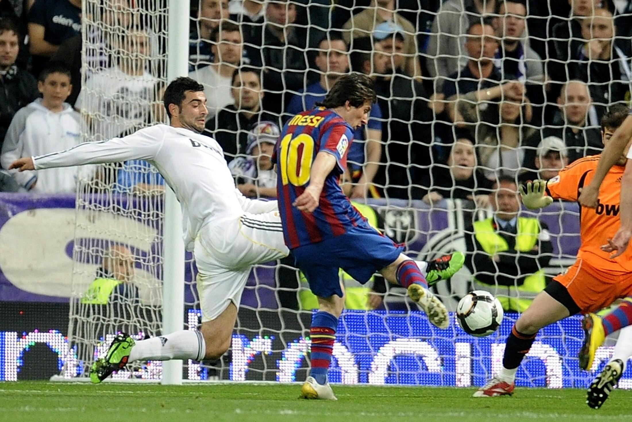 Lionel Messi contrôle et marque, 1-0 pour le Barça.