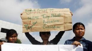 Des manifestants protestent contre l'accord australo-cambodgien, le 26 septembre à Phnom Penh.