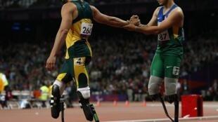 O atleta sul-africano Oscar Pistorius (e) e o brasileiro Alan Fonteles são exemplos dos avanços tecnológicos das próteses.