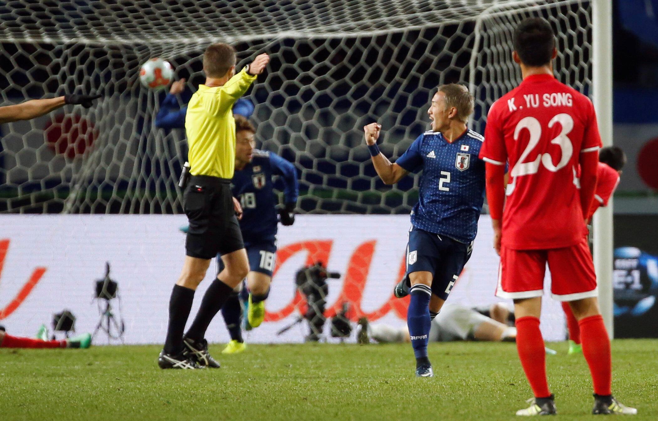 Cầu thủ Nhật Bản Yosuke Ideguchi (2) mừng rỡ sau khi ghi được bàn thắng trước đội tuyển Bắc Triều Tiên, nhân trận đấu ngày 09/12/2017 tại sân vận động Ajinomoto, Tokyo (Nhật Bản).