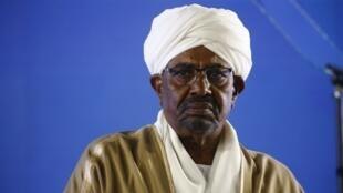 Le président soudanais Omar el-Béchir donne un discours pour le 63e anniversaire de l'indépendance de son pays, le 31 décembre 2018.