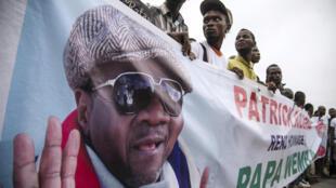 Des fans du défunt chanteur devant l'aéroport de Ndjili, à l'arrivée du corps, le 28 avril 2016.