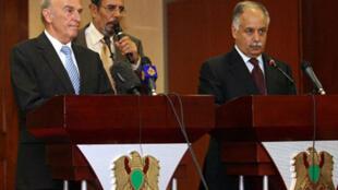 Le président suisse Hans-Rudolf Merz (g) en compagnie du Premier ministre libyen Baghdadi Mahmoudi lors de leur conférence de presse conjointe à Tripoli, le 20 août 2009.