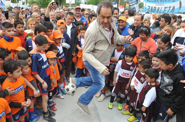 Le candidat Daniel Scioli dans ses oeuvres «maradonesques», le 31 octobre 2015 à Buenos Aires pendant la campagne du second tour de la présidentielle argentine.